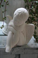 Gjutform vacker tänkande ängel med stödkappa